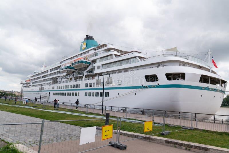 Burdeos, Gironda / Francia - 05 26 2019 : crucero en los muelles de Burdeos en Nouvelle Aquitaine imágenes de archivo libres de regalías