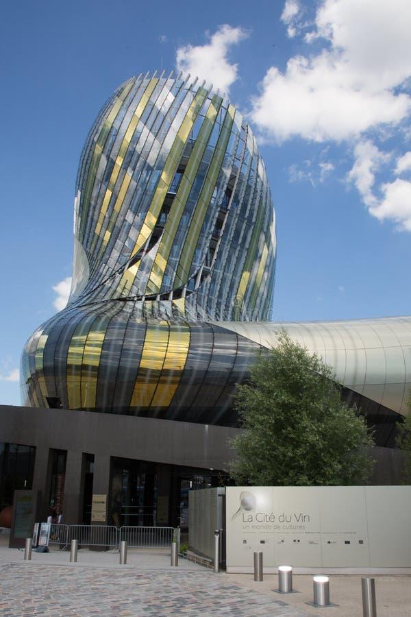 Burdeos, nouvelle Aquitania/Francia - 06 20 2018: El edificio de La Cite du Vin es poseído por la ciudad de Burdeos y del funcion imagen de archivo libre de regalías