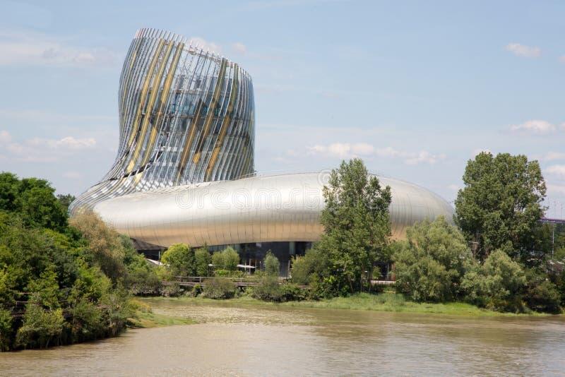 Burdeos, nouvelle Aquitania/Francia - 06 20 2018: La Cite du Vin da una distinta vista del vino, a través del mundo, a través de  imagen de archivo