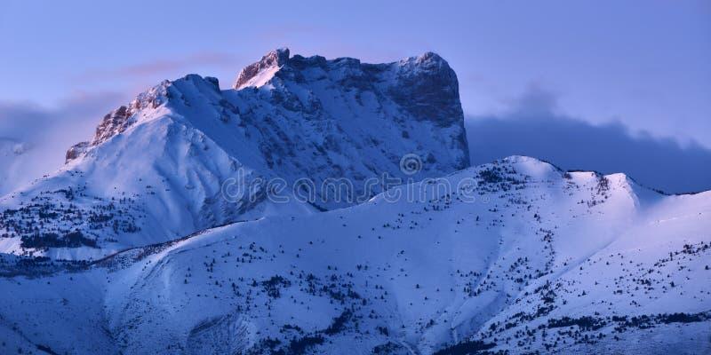 Bure Osiąga szczyt Pic De Bure w Devoluy pasmie górskim przy półmrokiem w zimie Hautes-Alpes, Alps, Francja fotografia stock