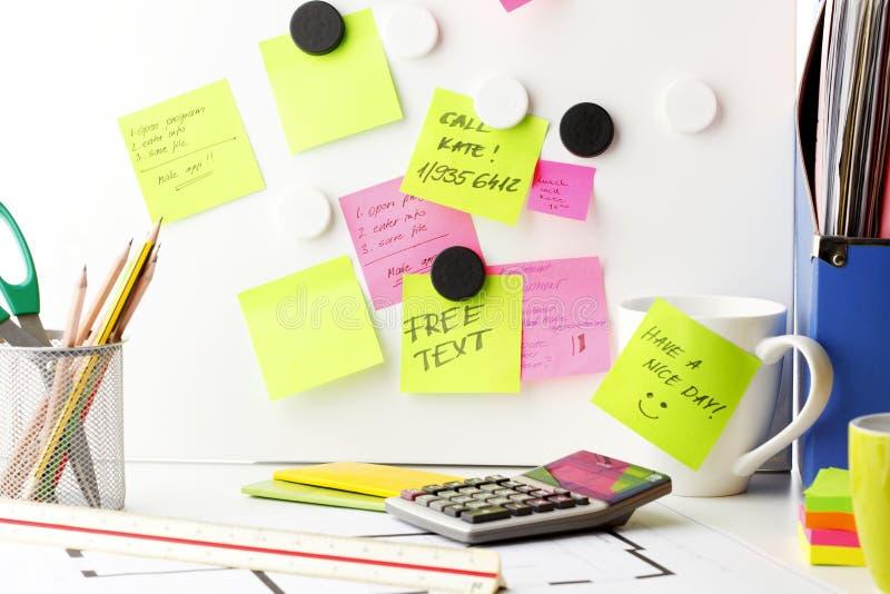 bureau avec des notes de post it image stock image. Black Bedroom Furniture Sets. Home Design Ideas