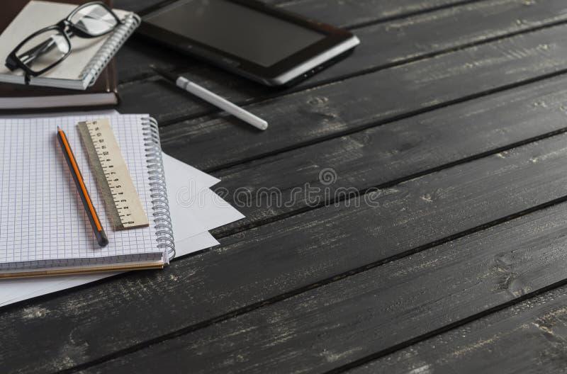 Bureau avec des objets d'affaires - carnet ouvert, tablette, verres, règle, crayon, stylo L'espace libre pour le texte photo libre de droits