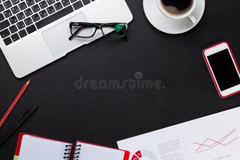 Bureau avec l'ordinateur portable, le café, le bloc-notes et le téléphone image libre de droits