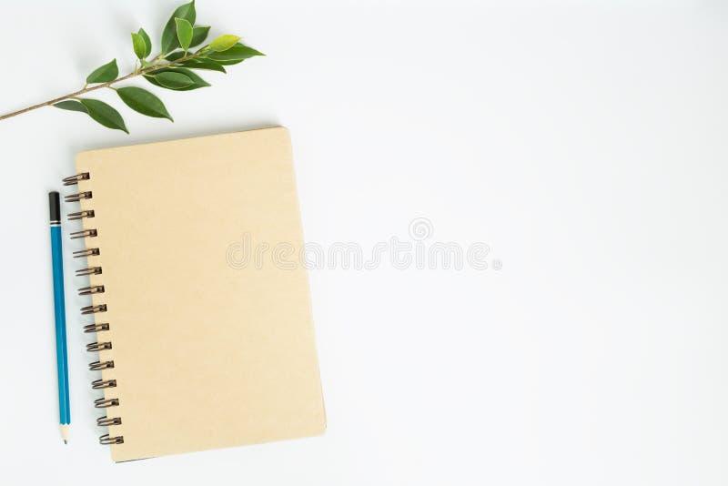 Bureau avec la vue supérieure de carnet sur le fond blanc, configuration plate images stock
