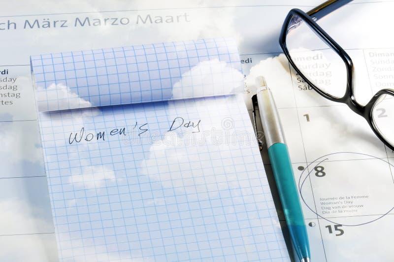 Bureau avec le calendrier, le carnet, le stylo et les verres Ciel nuageux bleu texturisé photos stock
