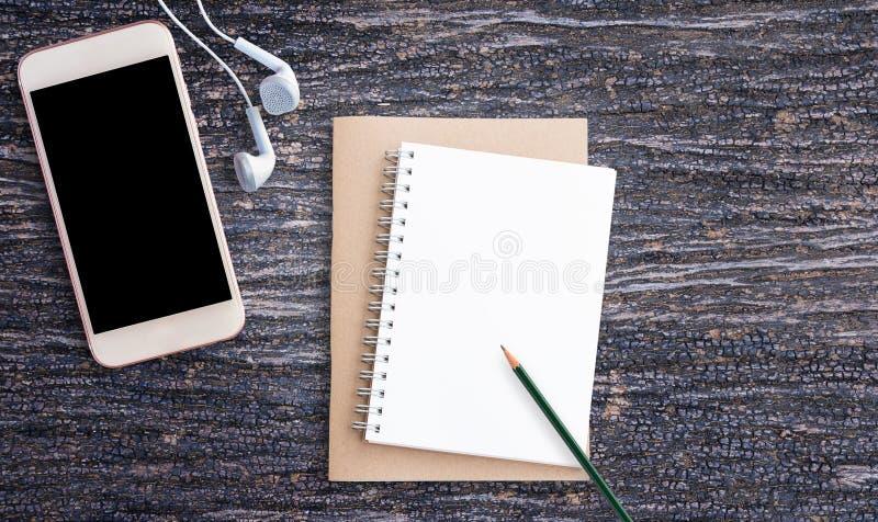 Bureau avec le papier de note avec le téléphone intelligent image libre de droits
