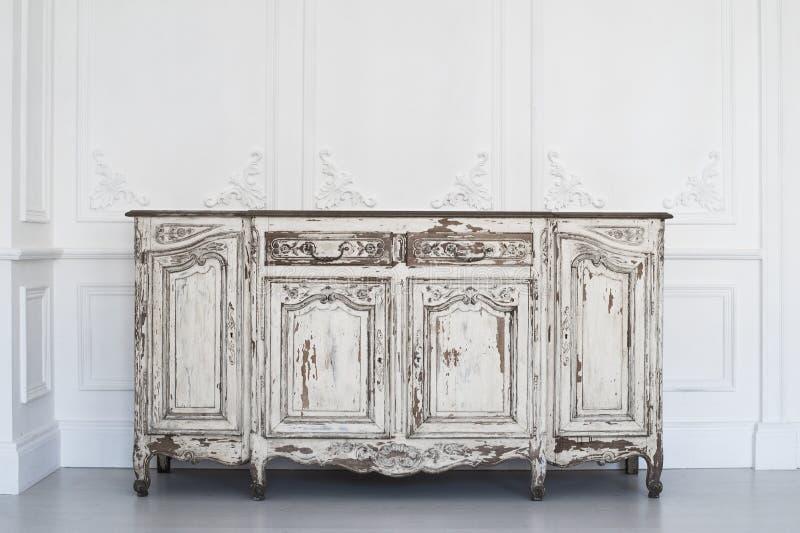 Bureau blanc antique de commode avec la peinture épluchée sur les éléments de luxe de roccoco de bâtis de stuc de bas-relief de c photo stock