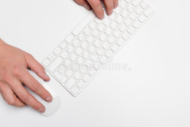 Bureau blanc avec l'ordinateur et les approvisionnements tabletop Vue supérieure avec l'espace pour votre texte photographie stock libre de droits