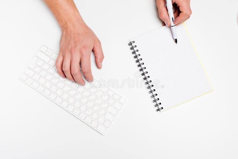 Bureau blanc avec l'ordinateur et les approvisionnements tabletop Vue supérieure avec l'espace pour votre texte photos libres de droits
