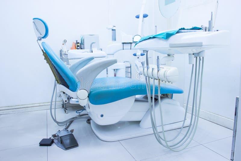 Bureau bleu de dentiste de chaise photographie stock libre de droits