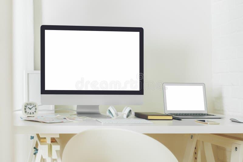 Bureau contemporain avec l'écran d'ordinateur propre image libre de droits