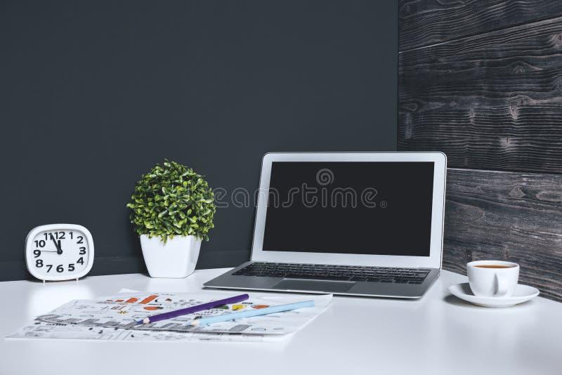 Bureau contemporain avec l'ordinateur portable vide photo stock