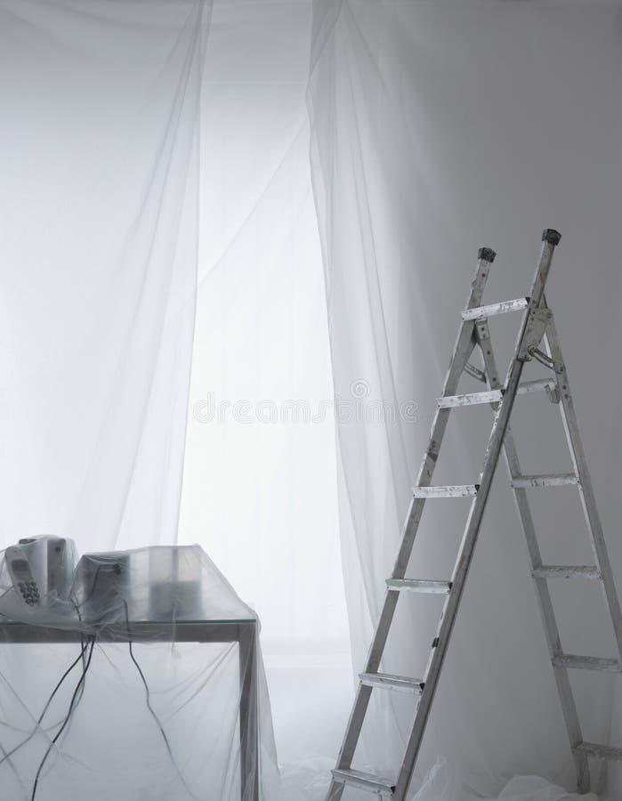 Bureau couvert en feuilles de poussière transparentes images libres de droits