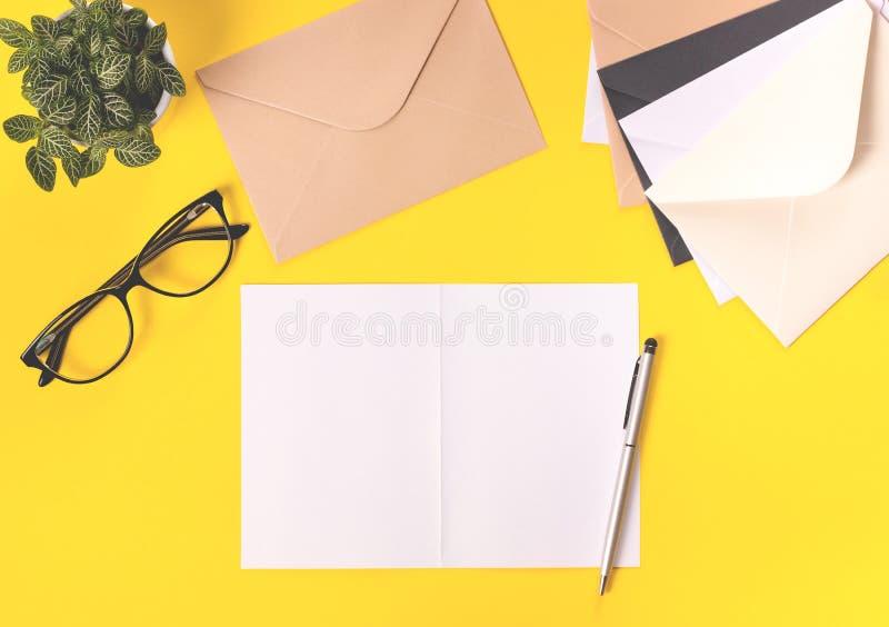 Bureau créatif d'espace de travail sur le fond jaune lumineux images stock