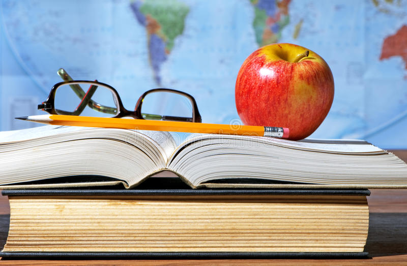 Bureau d'étude avec Apple et livres photos libres de droits