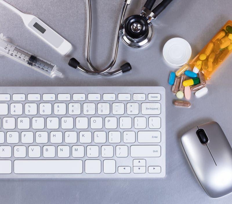 Bureau d'acier inoxydable avec l'équipement et le comput de médecin photo stock