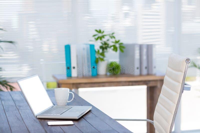 Download Bureau D'affaires Avec L'ordinateur Portable Et Le Smartphone Photo stock - Image du professionnel, people: 56484530