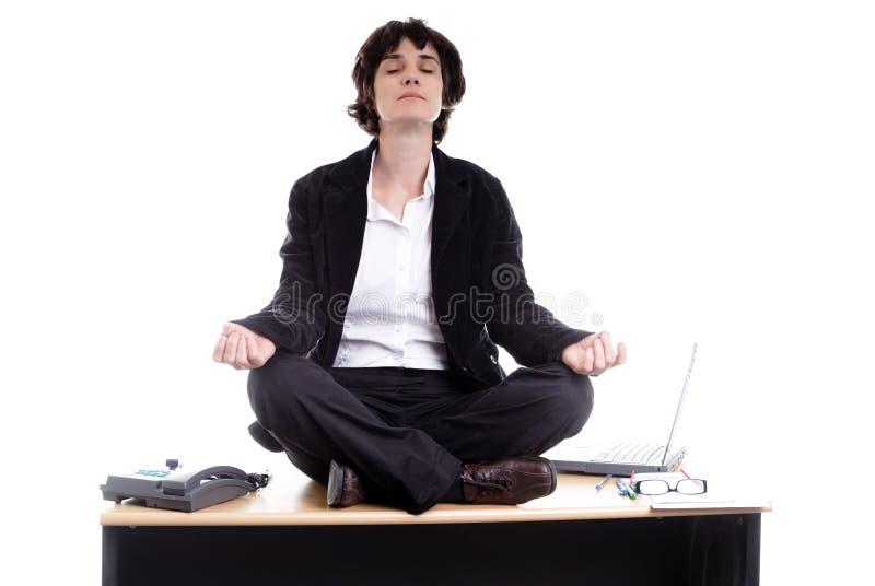 bureau d'affaires faisant son yoga de femme image stock