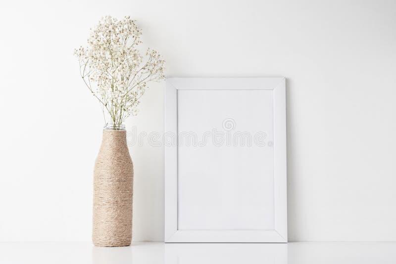 Bureau d'espace de travail avec le cadre vide et fleur dans le vase image stock