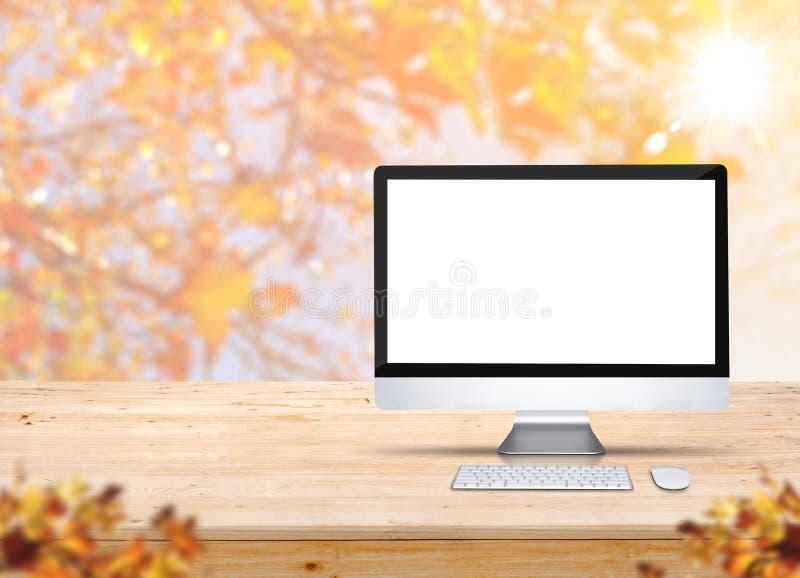 Bureau d'ordinateur avec le clavier et la souris sur la table en bois avec la tache floue photos libres de droits