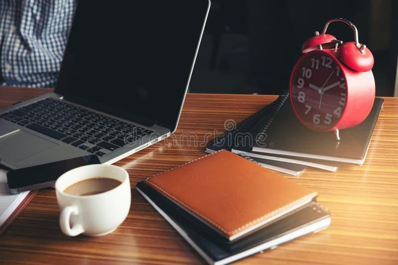 Bureau d'ordinateur de gestion avec l'ordinateur portable de bureau, le carnet, l'horloge, le stylo et le compte rendu annuel et  images libres de droits
