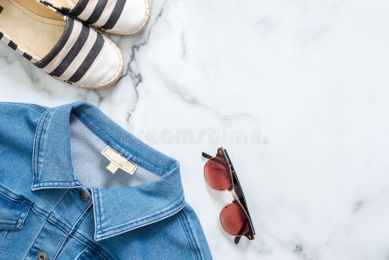 Bureau de blogger de beauté avec la veste à la mode de jeans, sandales rayées à la mode, les rétros lunettes de soleil des femmes image stock