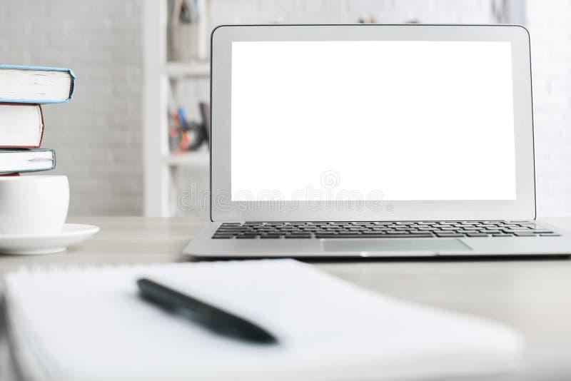 Bureau de bureau avec l'ordinateur portable blanc photo libre de droits