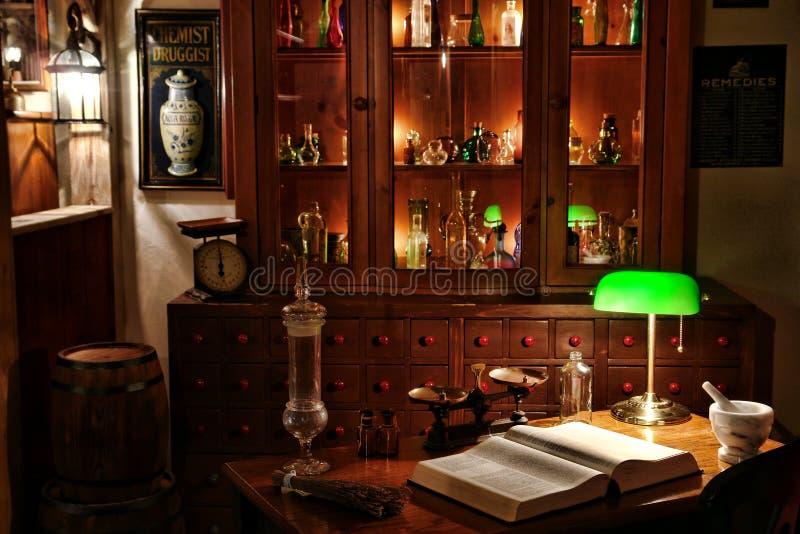 Bureau de chimiste de cru dans le système antique d'apothicaire photographie stock libre de droits