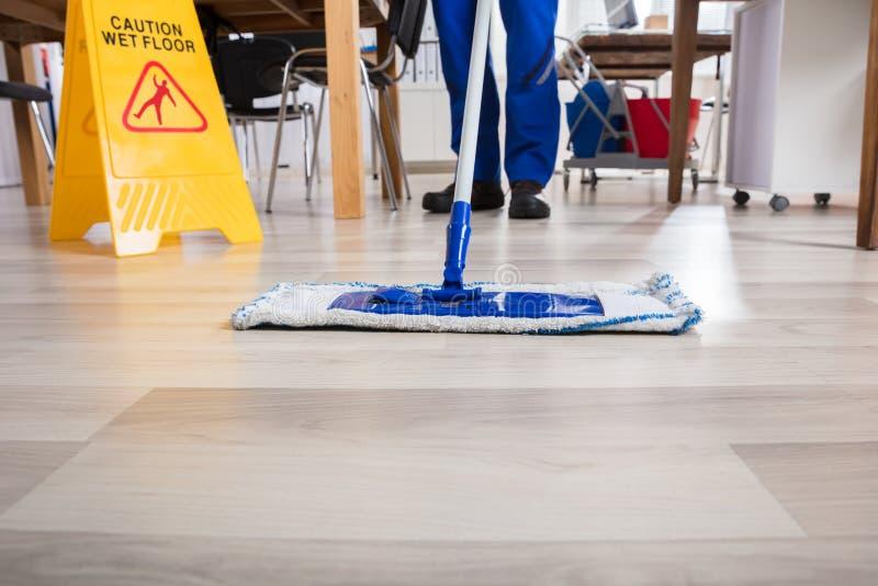 Bureau de Cleaning Floor In de portier photographie stock