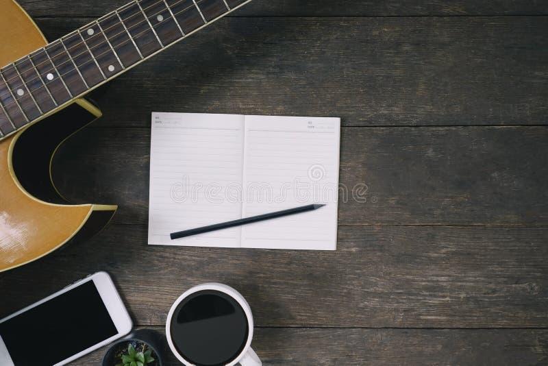 Bureau de compositeur de chanson pour un compositeur de travail avec une guitare photo stock
