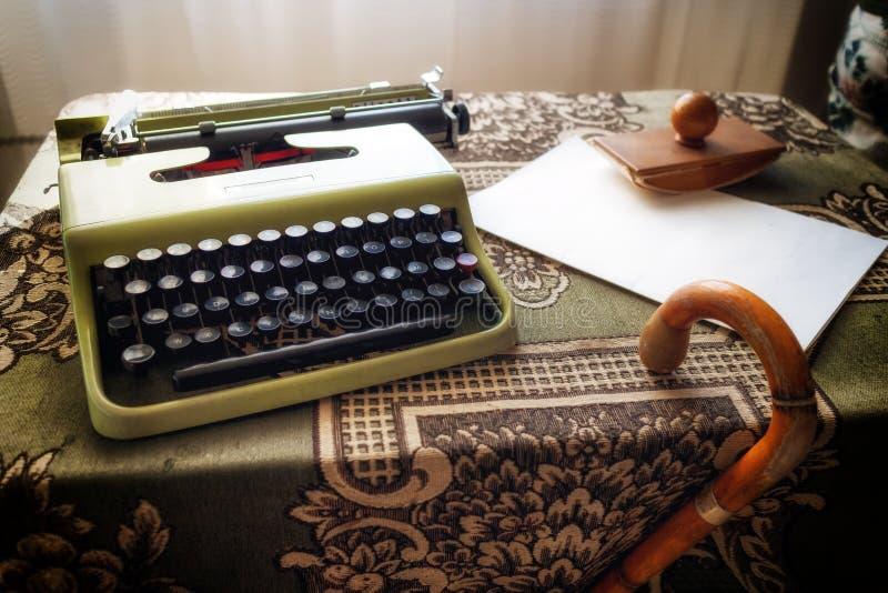 Bureau de cru avec une vieille machine à écrire photo libre de droits