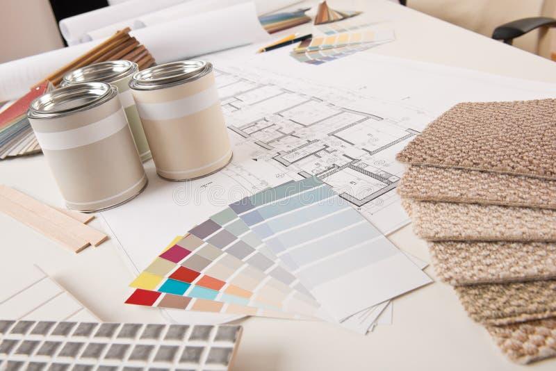 Bureau de dessinateur d'intérieurs avec la peinture photos libres de droits