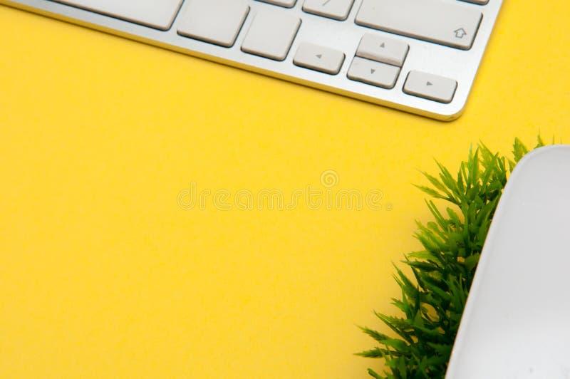 Bureau de fond de bureau, lumineux et moderne d'espace de travail avec l'équipement de bureau photo stock