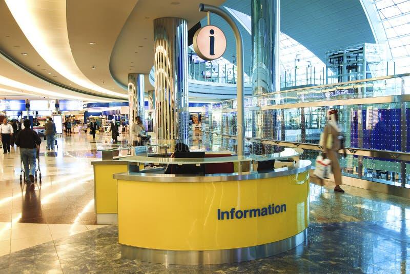Bureau de l'information dans l'aéroport international de Dubaï images libres de droits