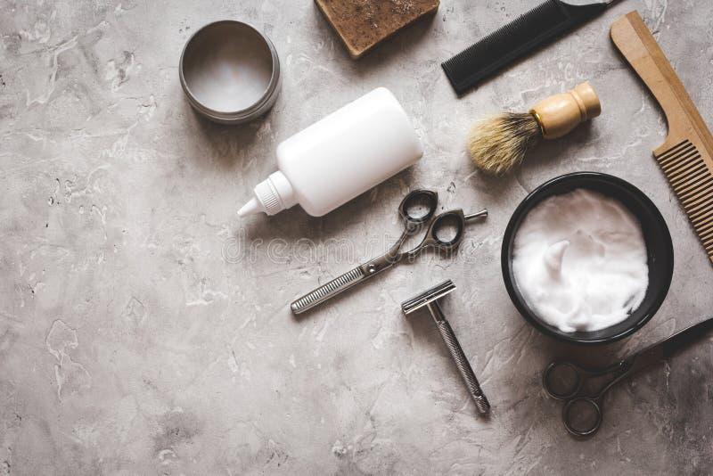 Bureau de la coiffure des hommes avec des outils pour raser la vue