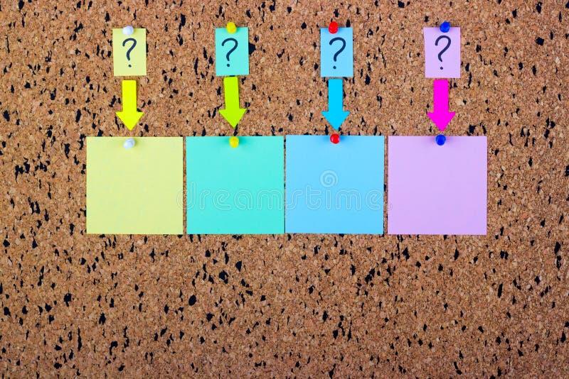 bureau de liège avec un point d'interrogation Un autocollant avec un point d'interrogation Collants blanc image stock