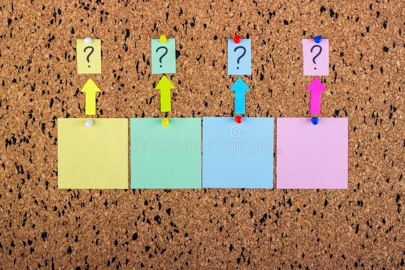 bureau de liège avec un point d'interrogation Un autocollant avec un point d'interrogation Collants blanc photo libre de droits