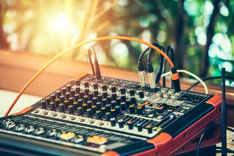 Bureau de m?lange de studio d'enregistrement sonore Panneau de commande de m?langeur de musique closeup photographie stock libre de droits