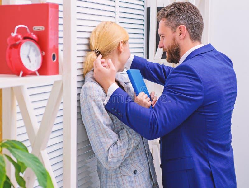 Bureau de pr?judice Femme de bureau et son patron lascif Hashtag triste d'affiche de prise de visage de femme imitation photos stock
