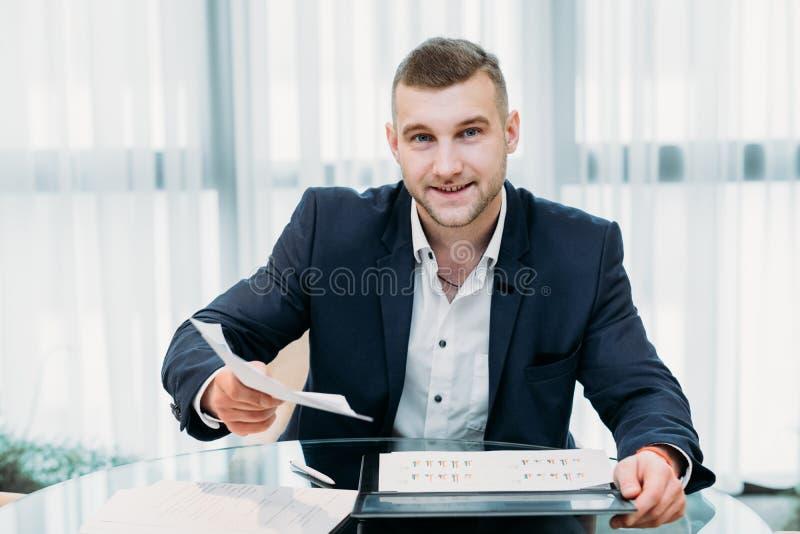 Bureau de recruteur de résumé d'homme d'affaires d'entrevue d'emploi photo libre de droits