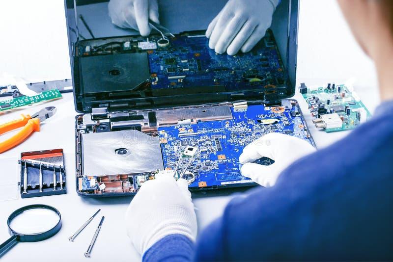 Bureau de Repairing Laptop At de technicien images libres de droits
