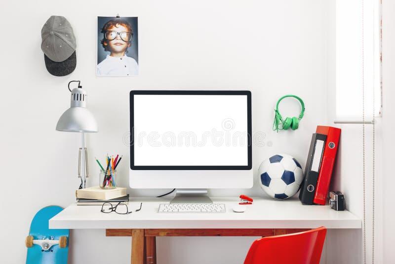 Bureau in de slaapkamer van een kind. royalty-vrije stock afbeeldingen