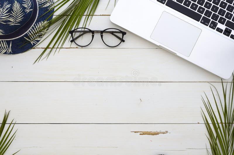 Bureau de table de bureau, configuration plate, vue supérieure La paume s'embranche clavier d'ordinateur portable et chapeau d'ét image stock