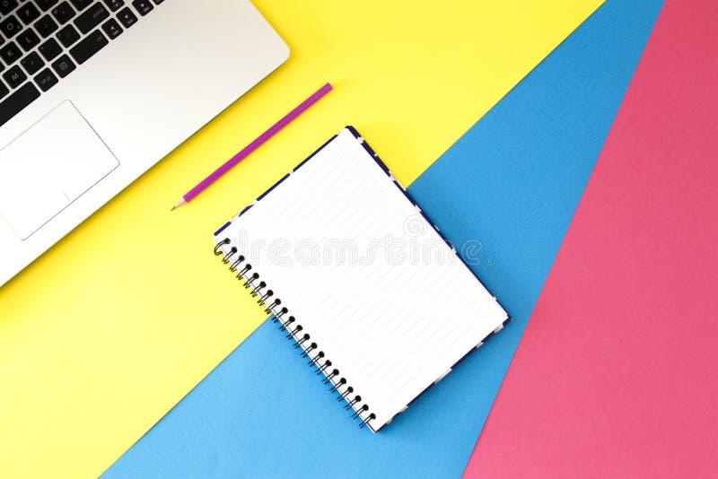 Bureau de table de bureau de vue supérieure L'espace de travail avec l'ordinateur portable, stylo et ouvrent la page de carnet de image stock