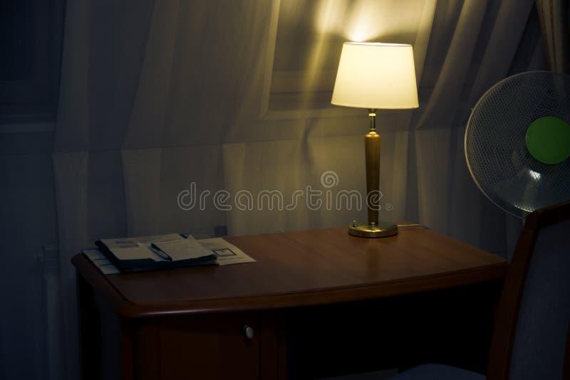Bureau de travail et lampes de lecture photo stock