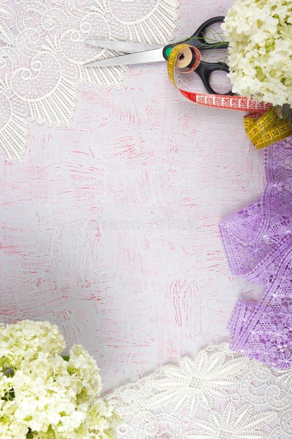 Bureau de vue sup?rieure Espace de travail avec, bouquet d'hortensia Accessoires de mode du ` s de femmes photographie stock libre de droits