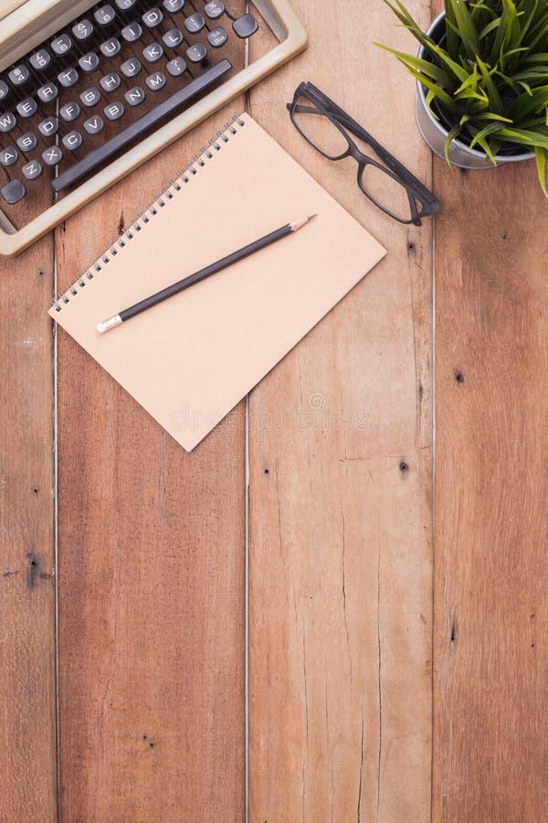 Bureau de Woodend avec le typewritter image stock