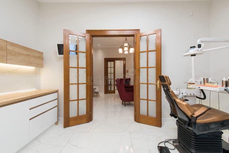Bureau dentaire de luxe dans la clinique dentaire photo libre de droits