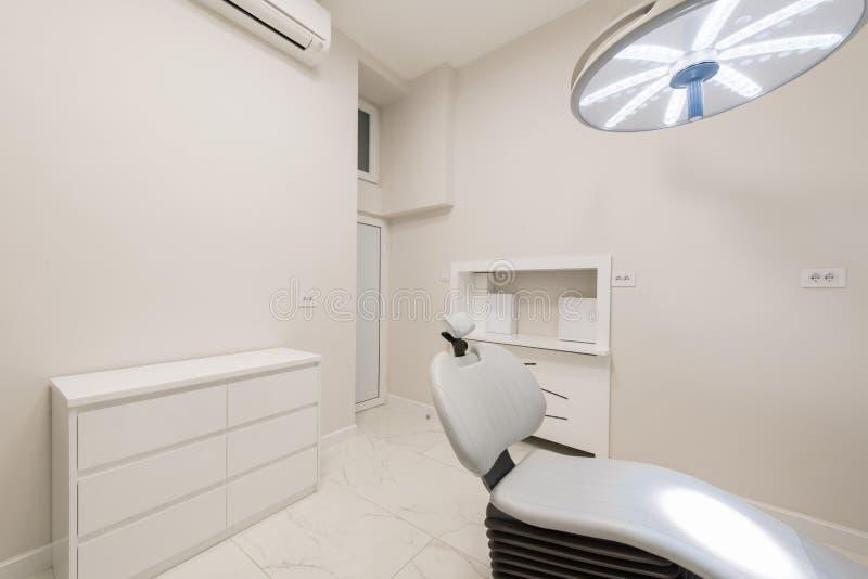 Bureau dentaire de luxe dans la clinique dentaire images stock