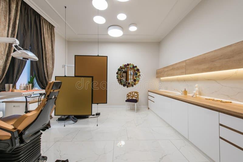 Bureau dentaire de luxe dans la clinique dentaire image stock